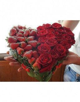"Gift set ""Sweet Pleasure"" of red roses and strawberry 