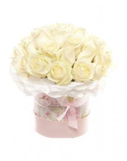 Bouquet of white roses in a decorative box | Flowers to girlfriend flowers